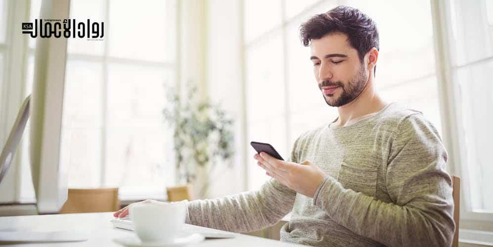 استخدام الهاتف أثناء العمل.. مضيعة للوقت أم تحفيز للموظفين؟